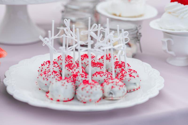 Huwelijkssnacks op de lijst Zoete koekjes stock afbeelding