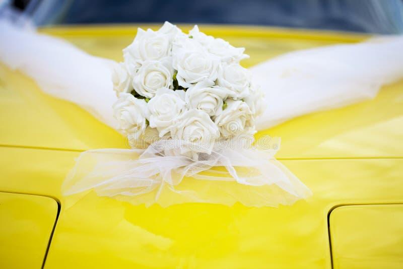 Huwelijkssportwagen met wit rozenboeket stock foto's