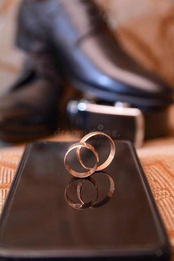 Huwelijksthema, elegante modieuze huwelijksschoenen en ringen royalty-vrije stock afbeeldingen