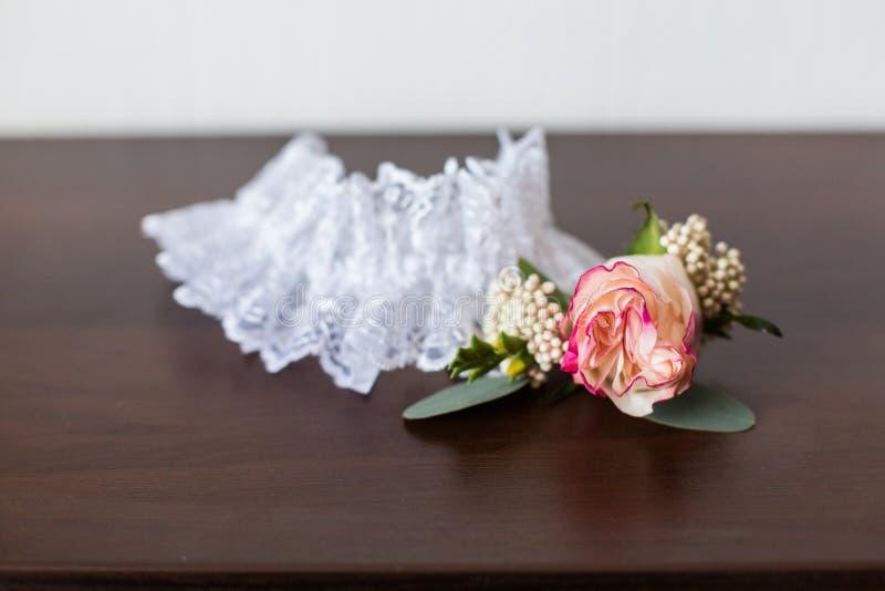 Huwelijkstoebehoren: Bruid` s kouseband stock foto