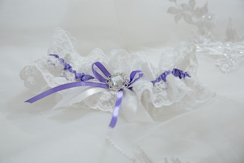 Huwelijkstoebehoren voor de kouseband van de bruidkous met blauwe linten stock afbeeldingen