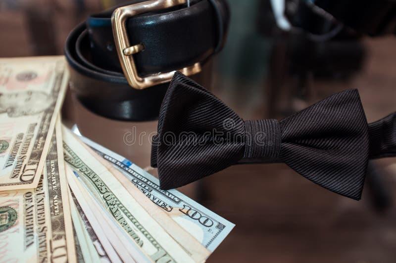 Huwelijkstoebehoren in winkel en dollars stock foto