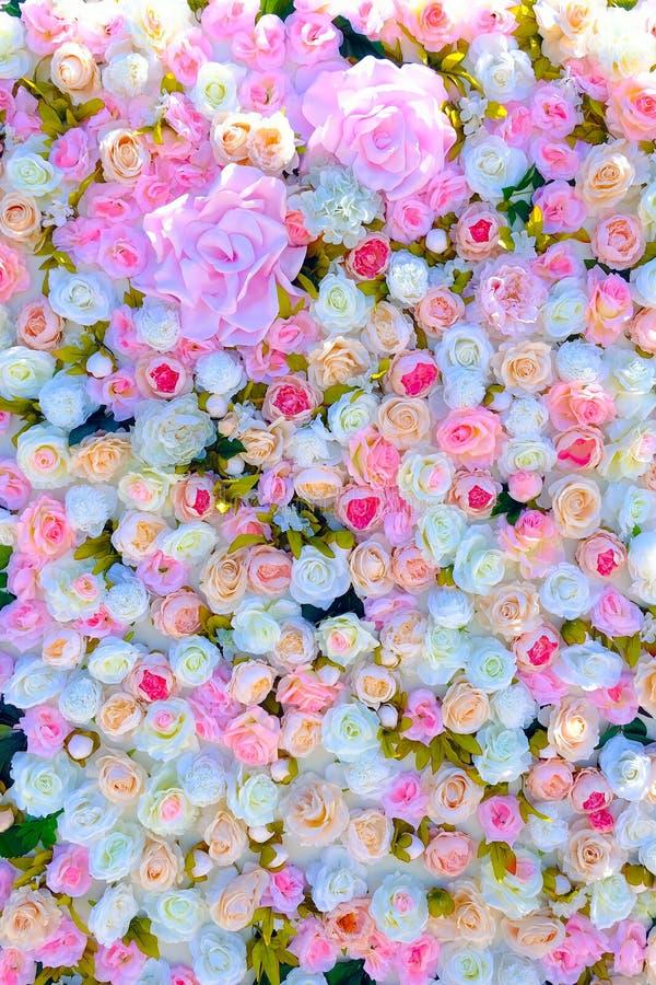 Huwelijksuitnodiging of bruids die doucheuitnodiging of de kaartmodel van de Moeder` s Dag, met bloemkader wordt verfraaid royalty-vrije stock afbeeldingen
