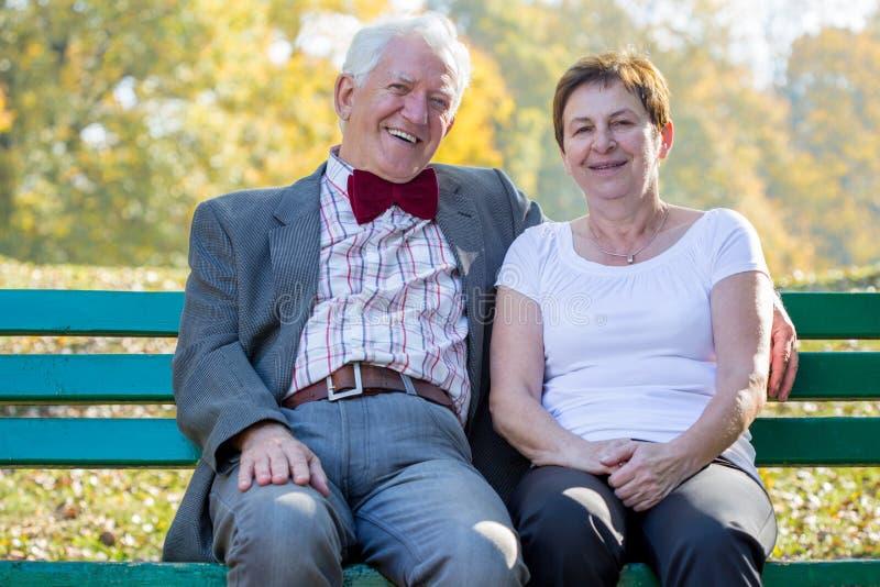 Huwelijkszitting op een bank royalty-vrije stock afbeelding