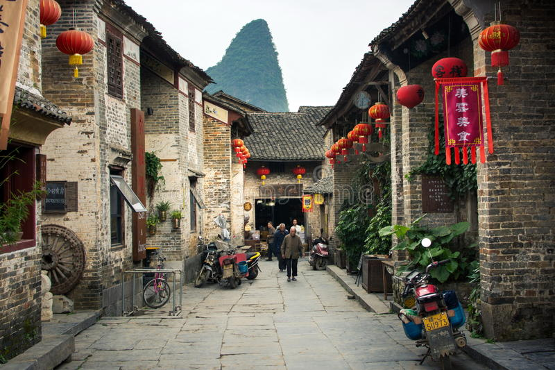 HUZHOU, CHINA - 2 DE MAIO DE 2017: Residentes de Huang Yao Ancient Town fotos de stock royalty free