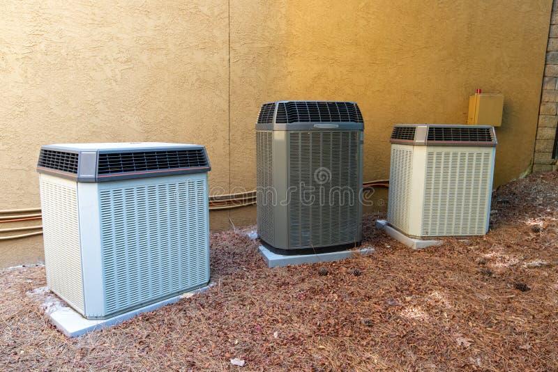 HVAC在大厦旁边的空调压缩机 免版税库存照片