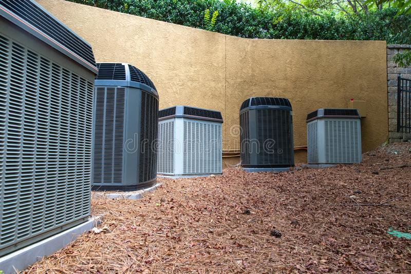 HVAC在大厦旁边的空调压缩机 图库摄影