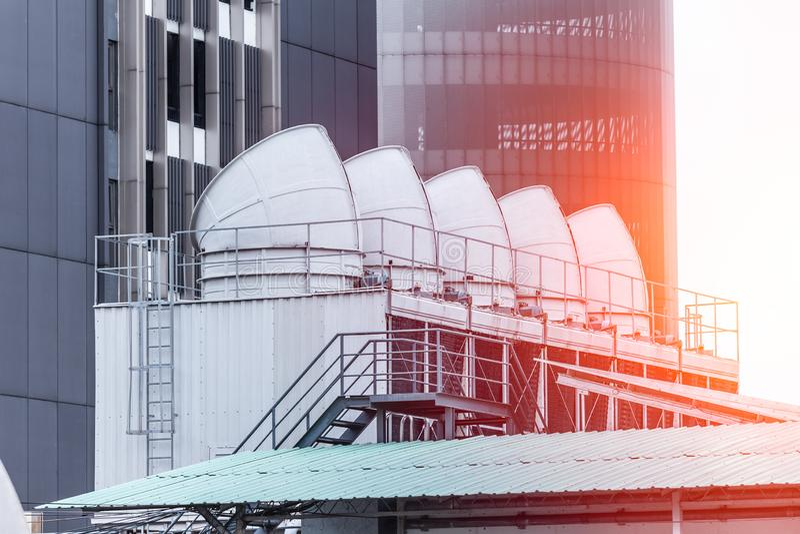 HVAC de la torre de enfriamiento del acondicionador de aire grande del edificio industrial imagen de archivo libre de regalías