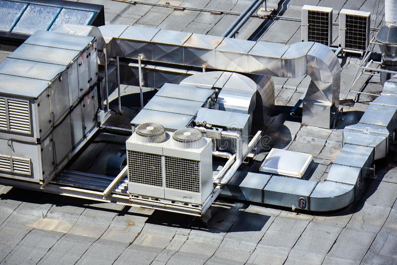 HVAC - Heizungsbelüftung und Klimaanlage auf errichtender Dachspitze stockfoto