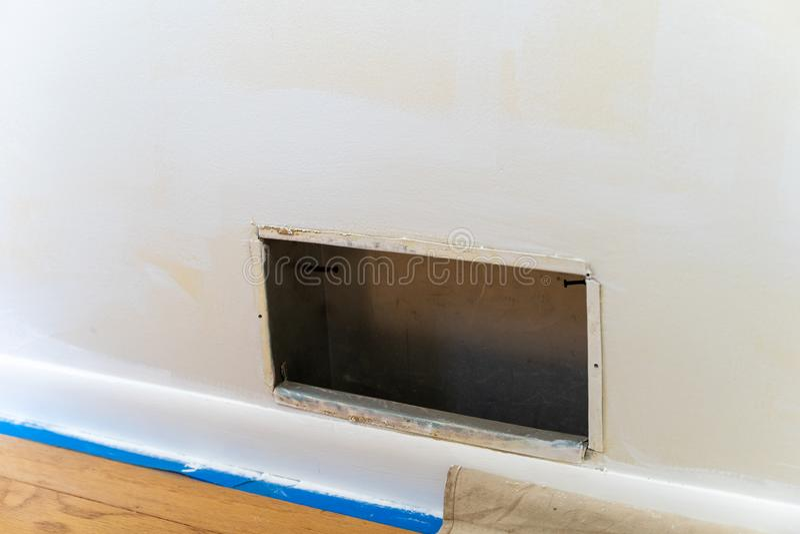 HVAC-openingsbuis met de poort tijdens huis vernieuwingen en het schilderen wordt verwijderd die De schilders binden en tarp in f stock afbeelding