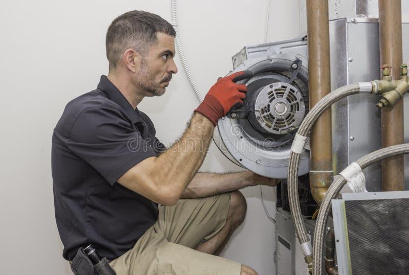 Hvac-reparationsman som arbetar på en värmepump arkivbilder