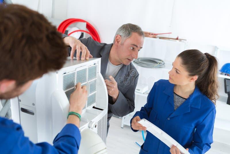 Hvac-Reparaturtechniker für gewerbliche Heizungs-Klimaanlage lizenzfreie stockfotos