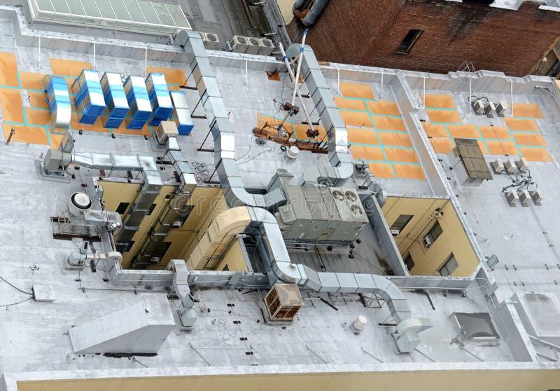 Hvac-System auf Gebäudedachspitze stockfotografie
