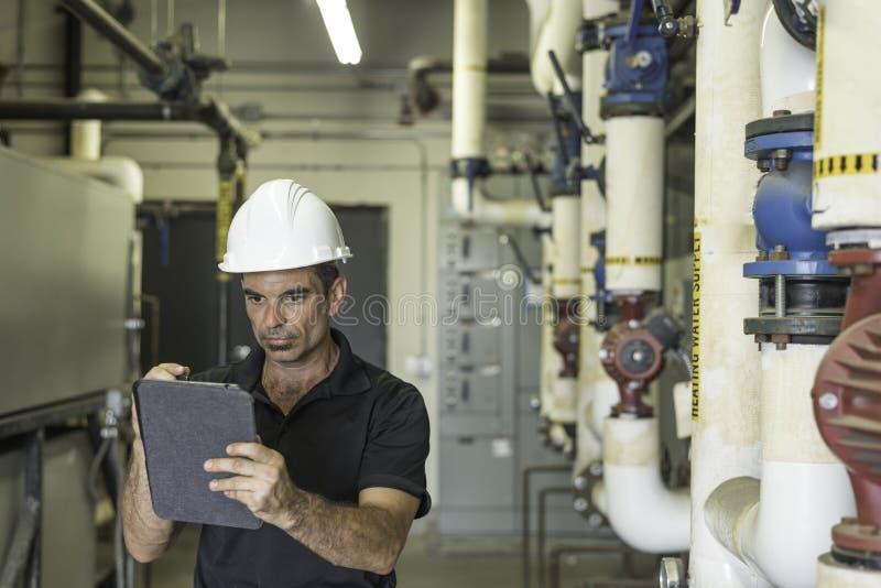 HVAC-technologie die tablet controleren stock foto