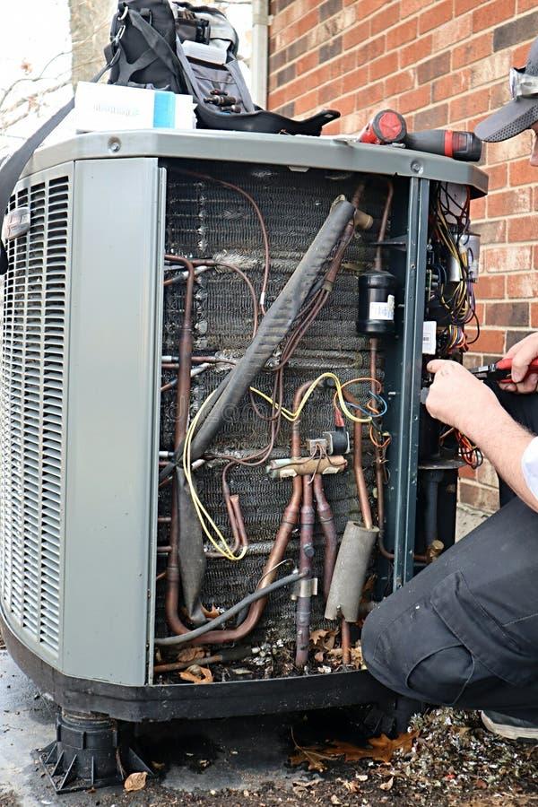HVAC Värmepump som underhålls royaltyfri fotografi