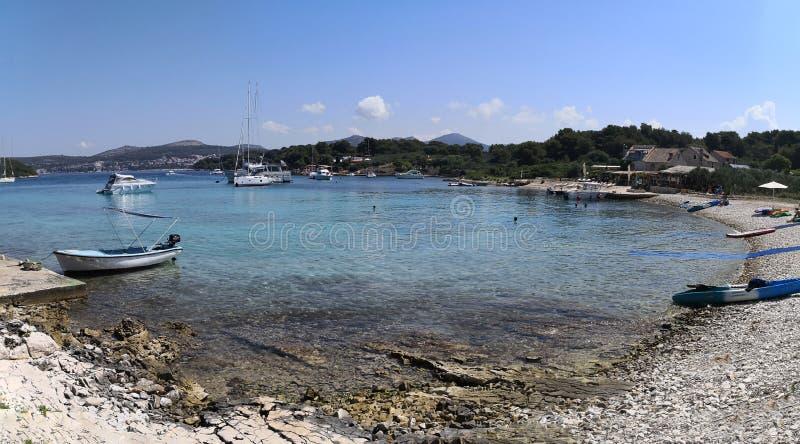 Hvar, Dalmacia/Croacia; 06/05/2018: una vista panorámica de la playa de Mlini en verano foto de archivo