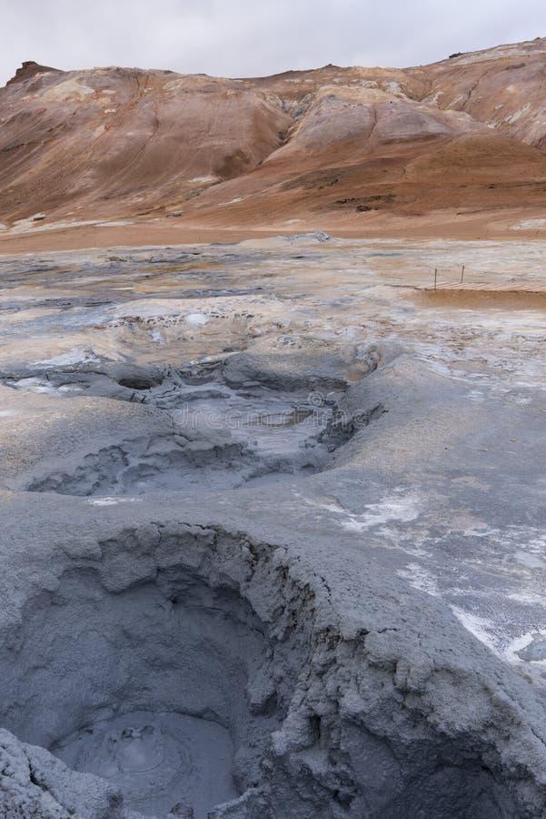 Hverir, charco del fango y de las colinas circundantes imagen de archivo libre de regalías