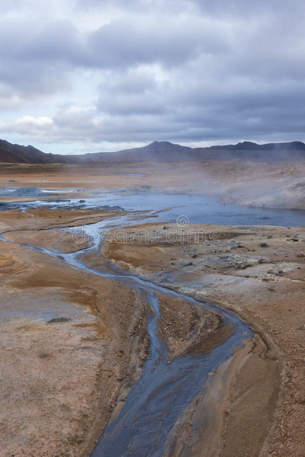 Hverir, ein kleiner Strom des Wassers lizenzfreie stockbilder