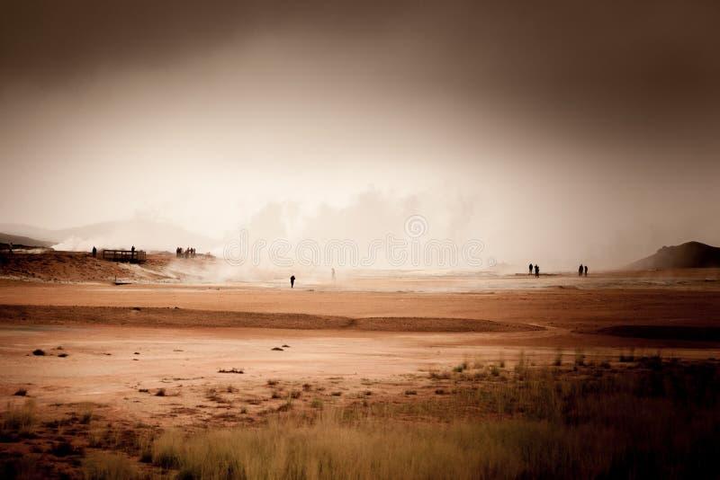 Hverir geotermiczny teren w Iceland z czerwieni ziemią fotografia royalty free