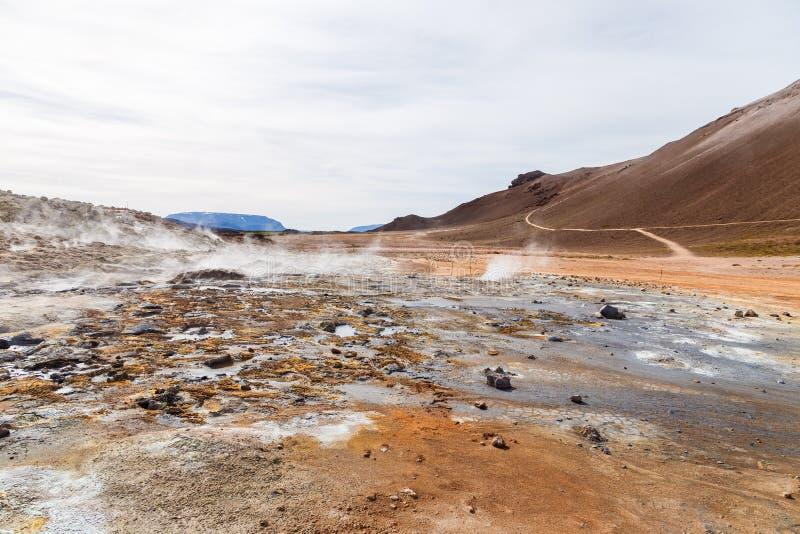 Hverir geotermiczny teren w północy Iceland blisko Jeziornego Myvatn, Gorących błoto garnków i wielkiego krajobrazu w Geotermiczn zdjęcia royalty free