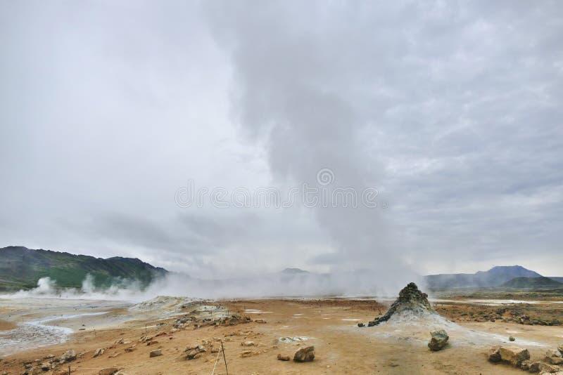 Hverir geothermisch gebied bij Meer Myvatn, IJsland stock foto's