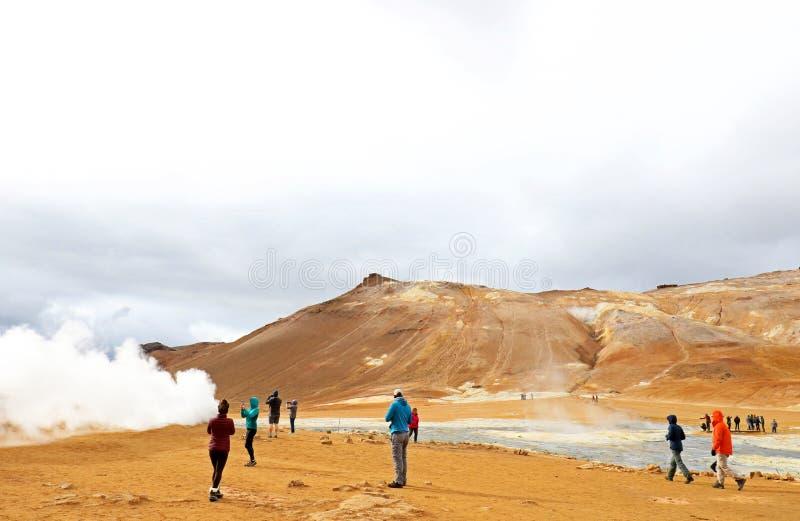 Hverir Hverarond, het geothermische gebied, is een populaire toeristische attractie bij Meer Myvatn, het noordoostelijke gebied v stock foto