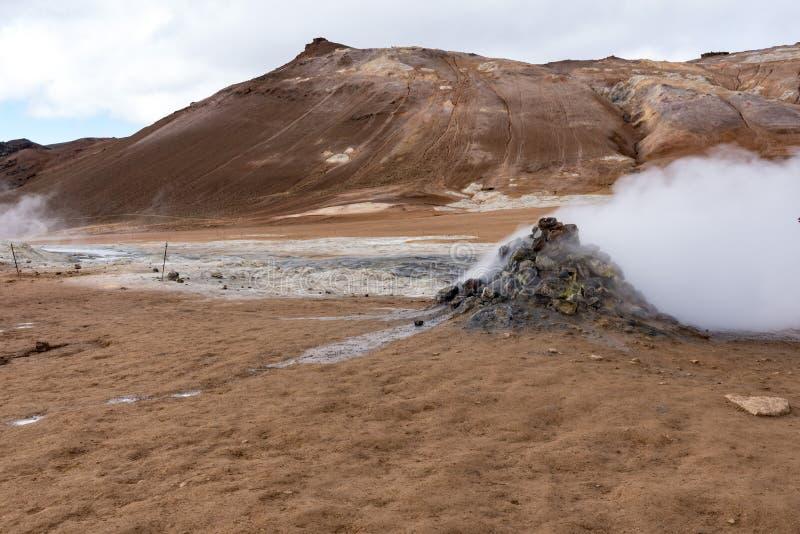 Hverir, respiradero del vapor y las colinas detrás fotografía de archivo libre de regalías