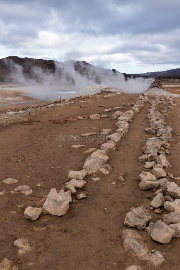 Hverir, trayectoria de piedra al respiradero del vapor foto de archivo