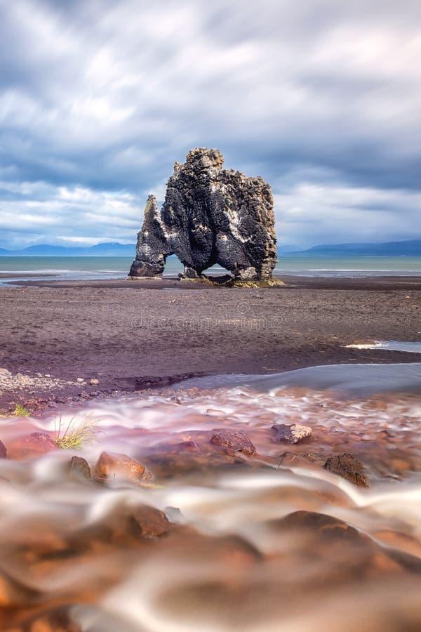 Hvitserkur玄武岩堆在冰岛,壮观的岩石在有喝着龙或恐龙的形状的海 库存照片