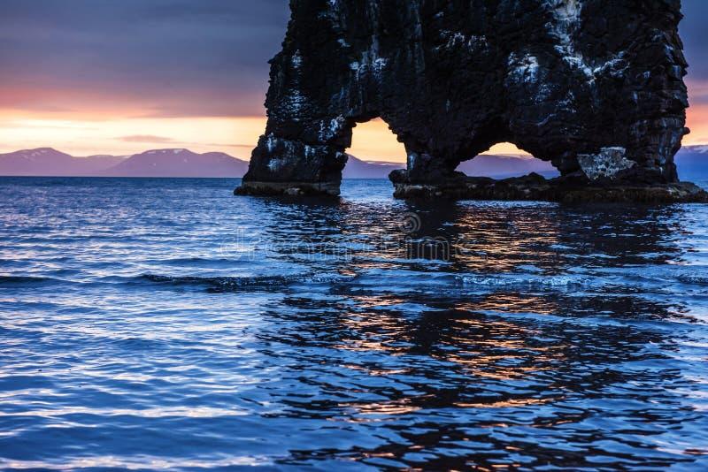 Hvitserkur är en spektakulär rock i havet på den nordliga kusten av Island Legender säger att den är ett förstenat fiska med drag arkivbild
