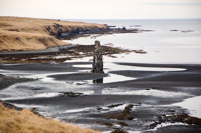 Hvitserkur, μαύρη άμμος, σωρός βασαλτών, φιορδ, Ισλανδία στοκ φωτογραφία με δικαίωμα ελεύθερης χρήσης