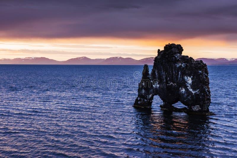 Hvitserkur 15 ύψος μ Είναι ένας θεαματικός βράχος στη θάλασσα στη βόρεια ακτή της Ισλανδίας αυτή η φωτογραφία απεικονίζει στο νερ στοκ εικόνες με δικαίωμα ελεύθερης χρήσης