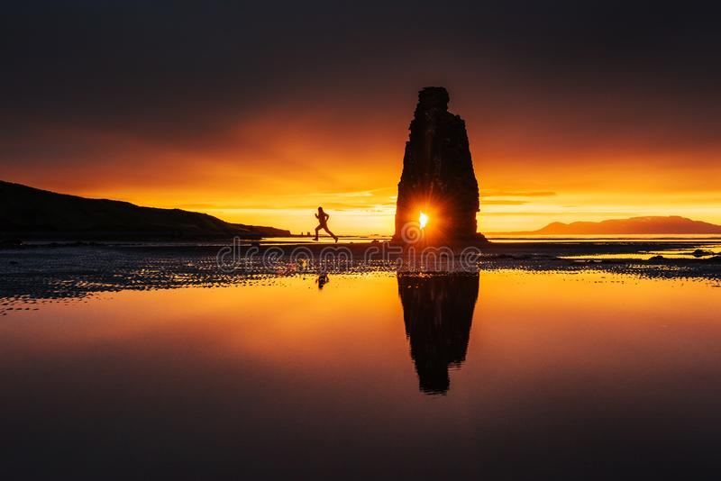 Hvitserkur 15 ύψος μ Είναι ένας θεαματικός βράχος στη θάλασσα στη βόρεια ακτή της Ισλανδίας αυτή η φωτογραφία απεικονίζει στο νερ στοκ φωτογραφίες