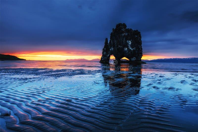 Hvitserkur 15 ύψος μ Είναι ένας θεαματικός βράχος στη θάλασσα στη βόρεια ακτή της Ισλανδίας αυτή η φωτογραφία απεικονίζει στο νερ στοκ φωτογραφία με δικαίωμα ελεύθερης χρήσης