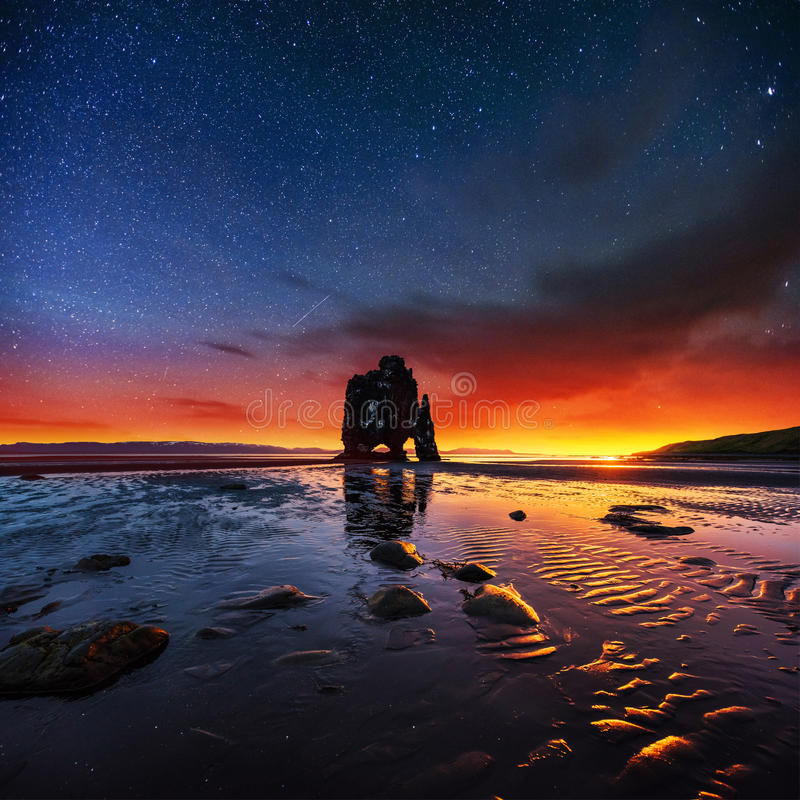 Hvitserkur 15 ύψος μ φανταστικός ουρανός έναστ στοκ εικόνες με δικαίωμα ελεύθερης χρήσης