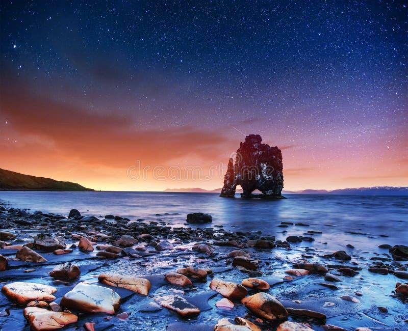 Hvitserkur 15 ύψος μ φανταστικός ουρανός ένασ&tau στοκ φωτογραφία με δικαίωμα ελεύθερης χρήσης