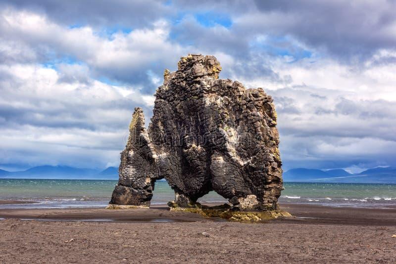 Hvitserkur bazaltowa sterta w Iceland, spektakularny ska?a w morzu z kszta?tem dinosaur lub smok kt?ry pije zdjęcie royalty free