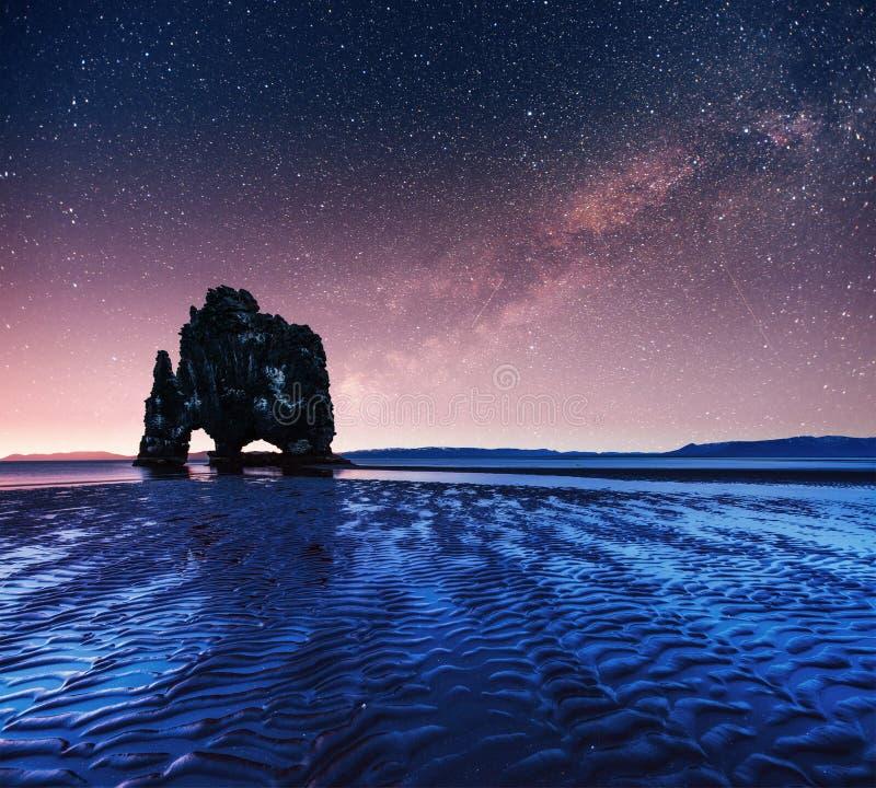 Hvitserkur 15 m高度 满天星斗美妙的天空 免版税库存照片