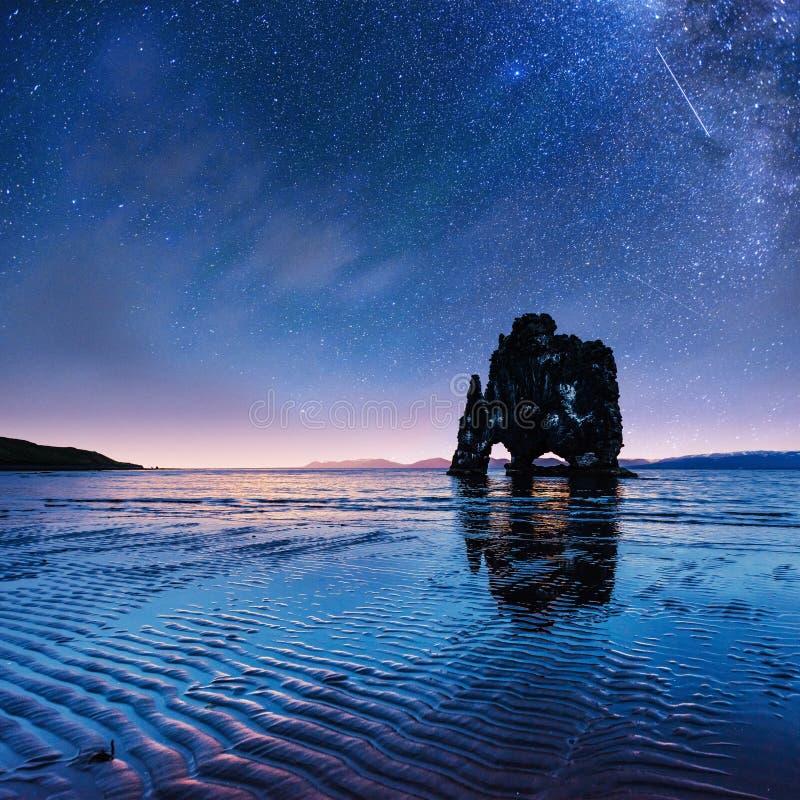 Hvitserkur 15 m高度 满天星斗美妙的天空 库存照片