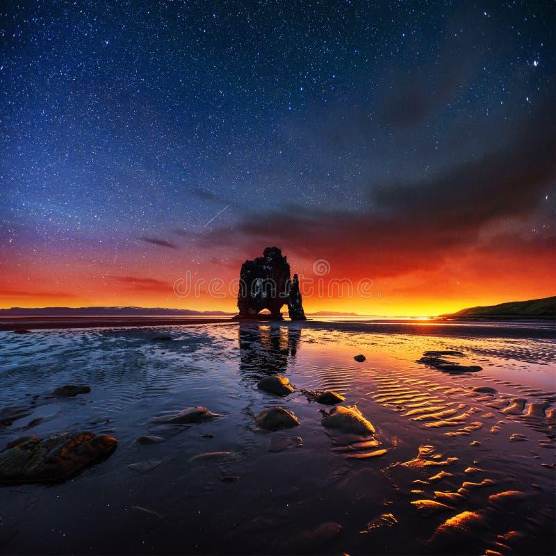 Hvitserkur 15 m高度 满天星斗美妙的天空 免版税库存图片