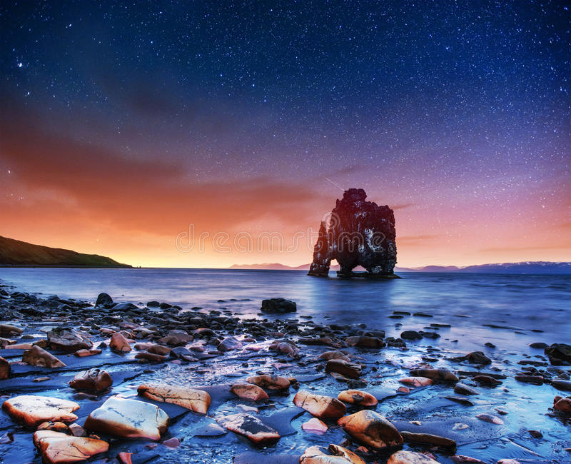 Hvitserkur 15 m高度 满天星斗美妙的天空 免版税图库摄影