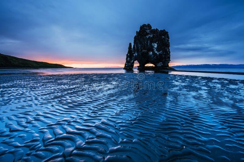 Hvitserkur 15 m高度 是一个壮观的岩石在冰岛的北海岸的海 在这张照片Hvitserkur 免版税库存图片