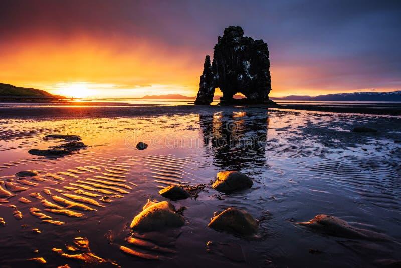 Hvitserkur 15 m高度 是一个壮观的岩石在冰岛的北海岸的海 这张照片在水中反射在船尾 免版税库存图片