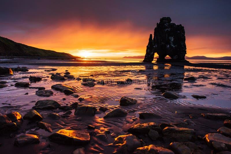 Hvitserkur 15 m高度 是一个壮观的岩石在海 库存图片