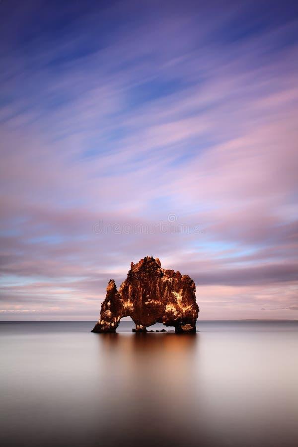 Мирный взгляд Атлантического океана на зоре Место Hvitserkur положения, полуостров Vatnsnes, Исландия, Европа стоковые изображения