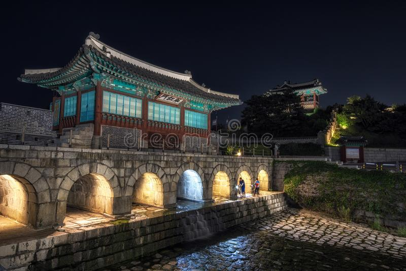 Hwahongmun门在晚上 免版税图库摄影