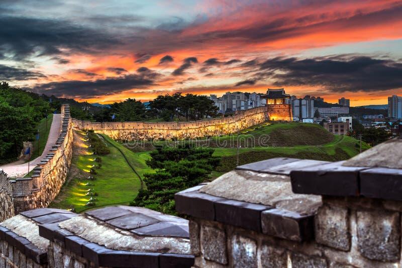 Hwaseong-Festung an der Dämmerung stockbild