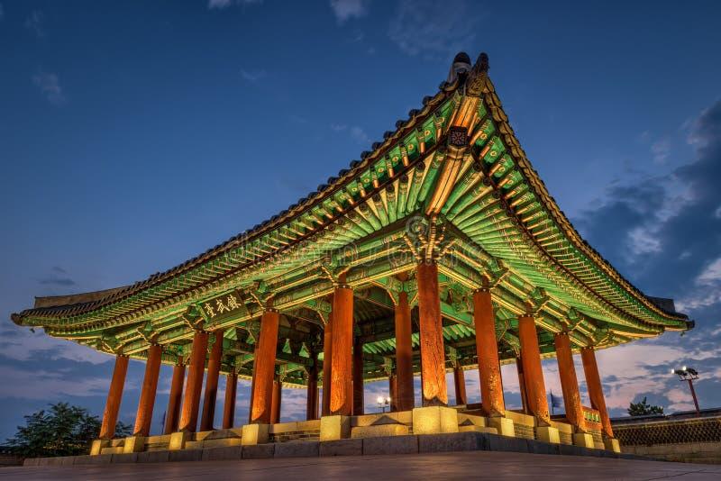 Hwaseong-Festung an der Dämmerung stockfotos
