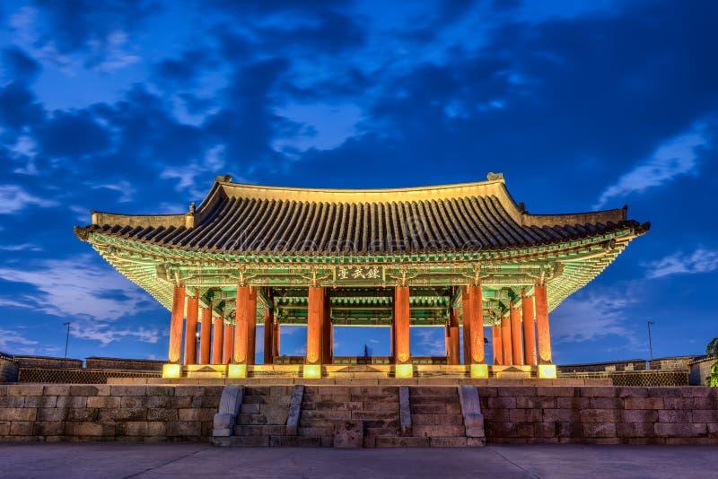 Hwaseong-Festung an der Dämmerung lizenzfreies stockfoto