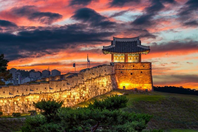 Hwaseong-Festung an der Dämmerung lizenzfreie stockfotografie